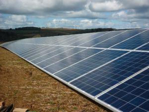 Photovoltaikspeicher auf einem gemähten Feld