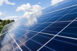 Seitlicher Blick auf ein Photovoltaik Modul