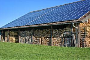 Photovoltaik Inselanlage auf einem Holzunterstand