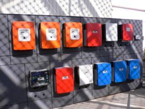 Wechselrichter Photovoltaik-Anlage an einer Wand aufgereiht