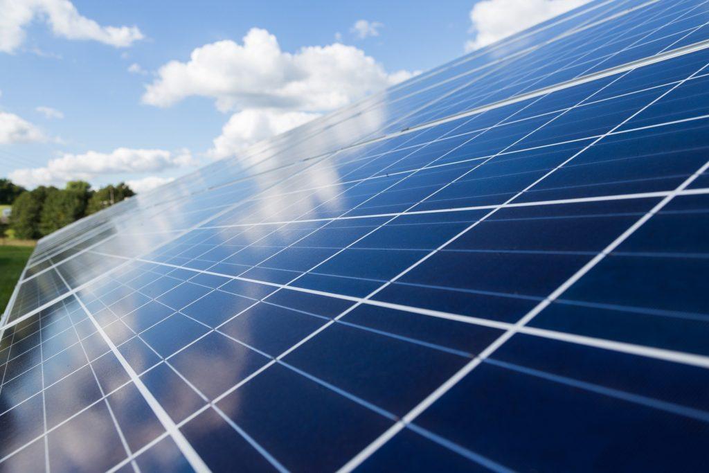 Auf dem Bild ist eine Photovoltaikanlage zu sehen.
