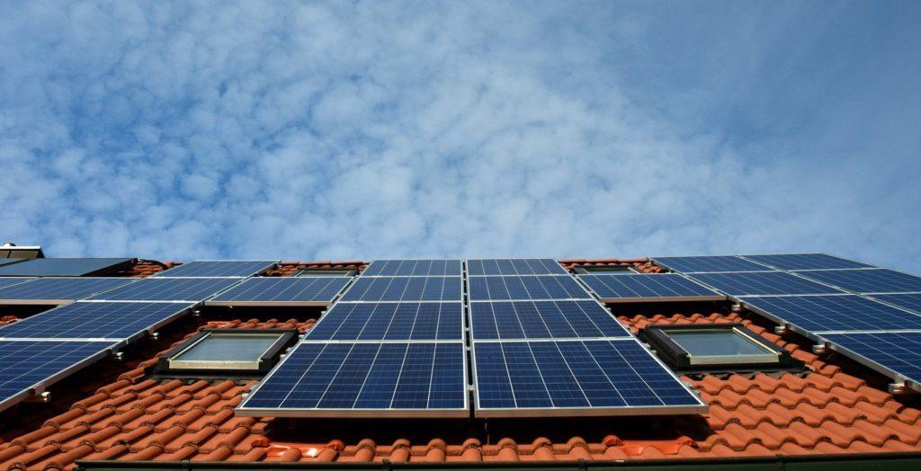 Auf dem Bild ist eine PV-Anlage auf einem Dach zu sehen.